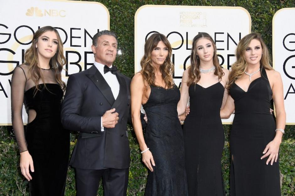 Sylvester Stallone y sus hijas llegaron a la entrega de los Globos de Oro. (Foto: AFP)