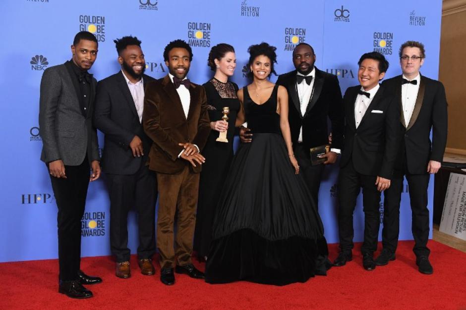 """El elenco de """"Atlanta"""" celebró al haber recibido el premio a Mejor serie de televisión. (Foto: AFP)"""