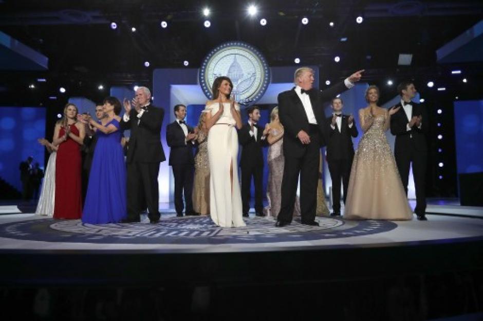 El vicepresidente, sus hijos y los hijos de Trump acompañaron el baile. (Foto AFP)