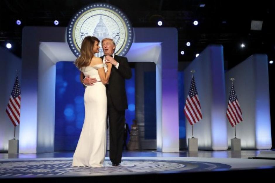 Donald y Melania Trump durante el primer baile presidencial. (Foto: AFP)