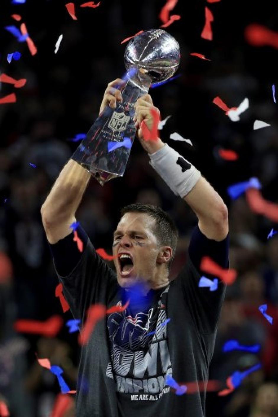 Brady levantando el trofeo que acreditó a los Patriotas como campeones. (Foto: AFP)