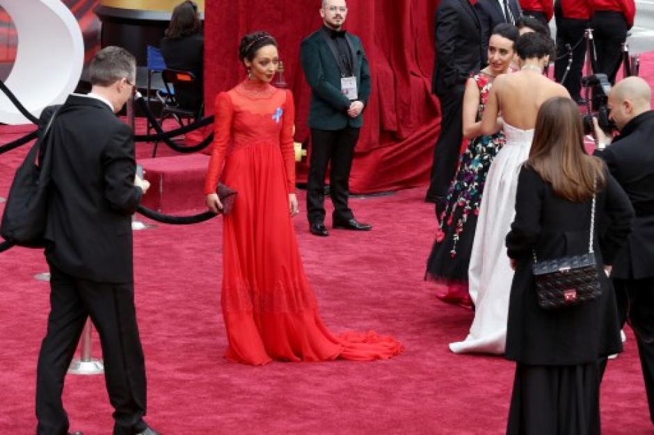 El vestido rojo de Ruth Negga fue uno de los más comentados. (Foto: Ben Peterson/AFP)