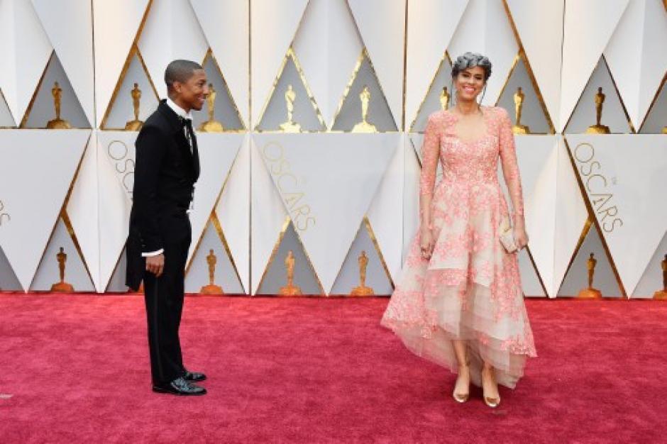La productora Mimi Valdes, quien llegó junto a Pharrell Williams, eligió un look arriesgado y podría estar en los listados de peor vestidas. (Foto: Frazer Harrison/AFP)