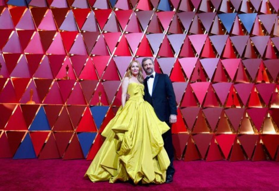 La actriz Leslie Mann (I), aquí junto al productor Judd Apatow, fue de las más vistas por su vestido amarillo. (Foto: Kevork Djansezian/AFP)