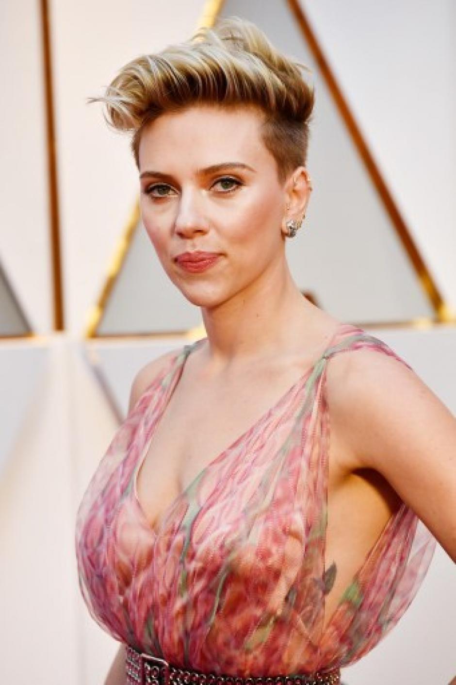 El pronunciado escote de Scarlett Johansson fue de los comentarios recurrentes. (Foto: Frazer Harrison/AFP)
