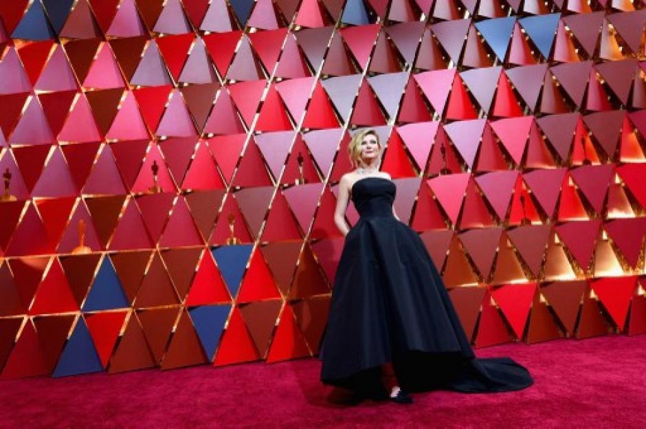 Kirsten Dunst brilló con su total black look en corte asimétrico y escote corazon. Completó su outfit con un recogido formal y maquillaje smokey eyes. (Foto: Kevork Djansezian/AFP)