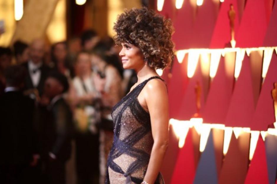 Halle Berry usó un Versace negro con transparencias y un polémico look afro. (Foto: Christopher Polk/AFP)