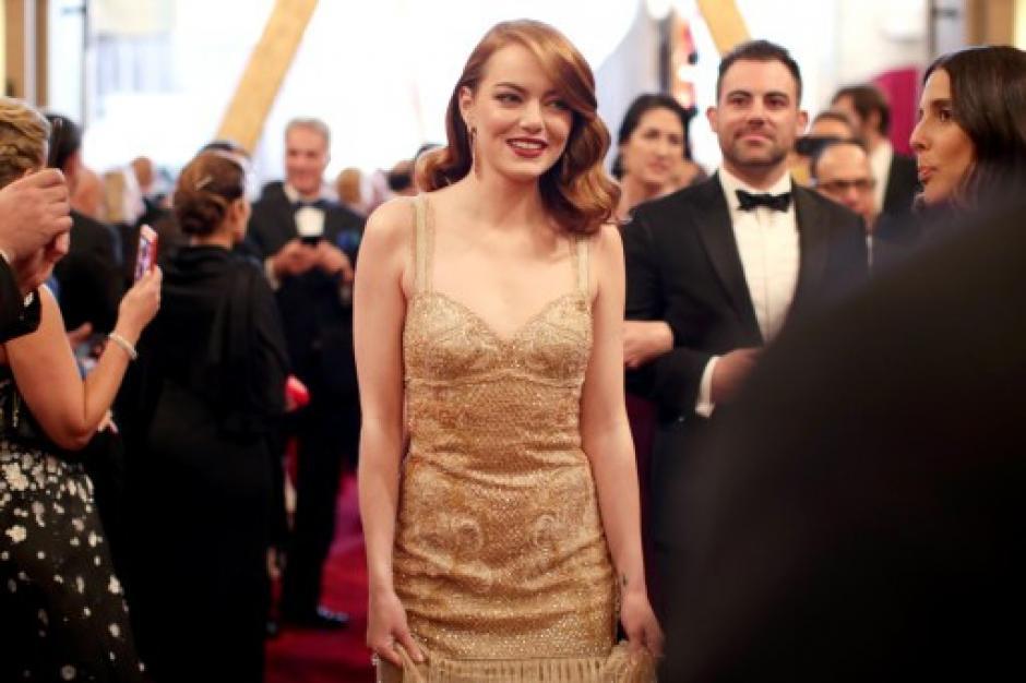"""Emma Stone llega a la ceremonia, en la cual está nominada a mejor actriz por """"La La Land"""". (Foto: AFP)"""