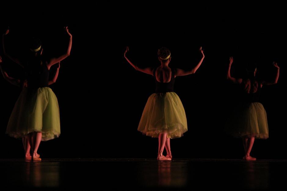 El Grupo Fuga se presentó en la gran sala presentando un baile arriesgado, con movimientos modernos mezclados con la danza clásica. Una verdadera obra de arte (Foto: Alexis Batres/Soy502)