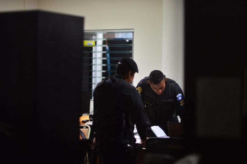 Los uniformados revisaban a detalle la información que requieren para la investigación del caso de plazas fantasmas por el cual el diputado Pedro Muadi, tiene proceso para retirarle el derecho de antejuicio. (Foto: Jesús Alfonso/Soy502)