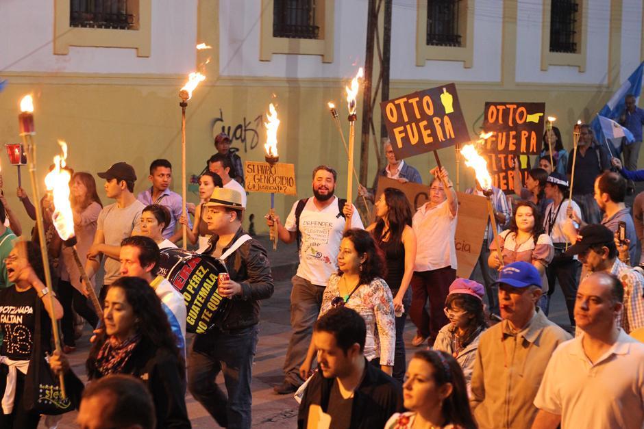 En esta ocasión, los manifestantes encendieron antorchas para alumbrar las calles. (Foto: Alejandro Balam/Soy502)