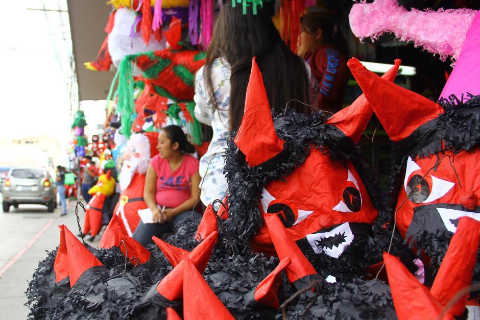 Las piñatas para la quema del diablo se venden de todos tamaños y los precios van desde Q10 hasta Q200. (Foto: Alexis Batres/Soy502)