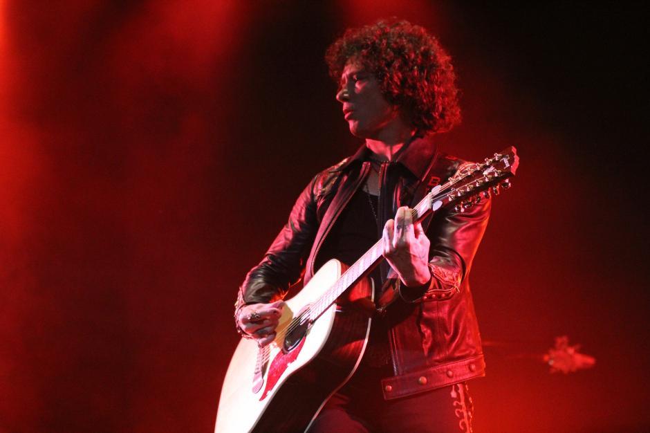 El cantautor español aprovechó para interpretar canciones acompañado de su Bajo Sexto (guitarra de 12 cuerdas)(Foto: Alexis Batres/Soy502)