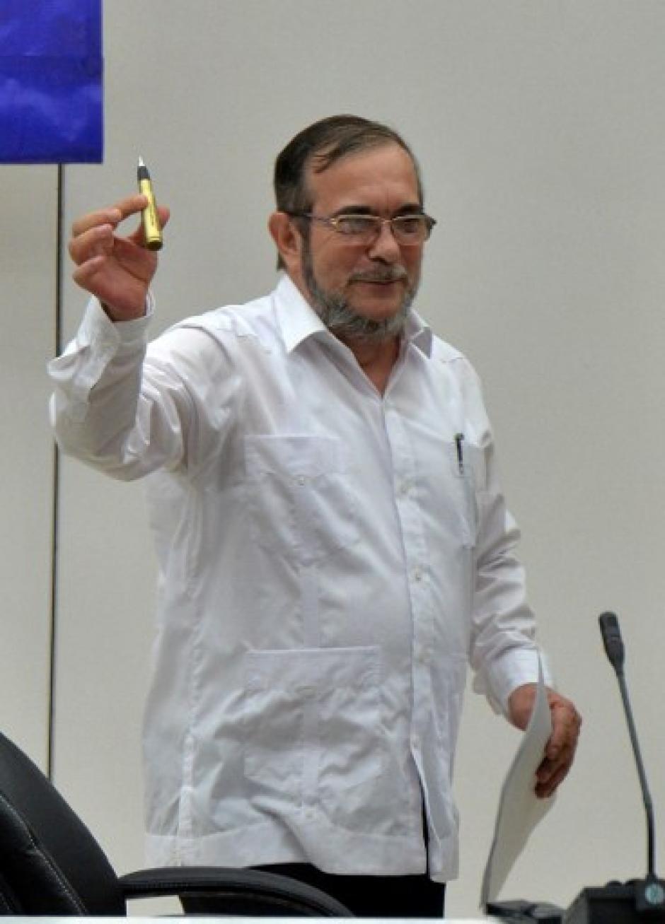 """""""Timochenko"""", usa un Balígrafo, una bala transformada en lapicero, con el cual se firmó la paz. (Foto: AFP)"""