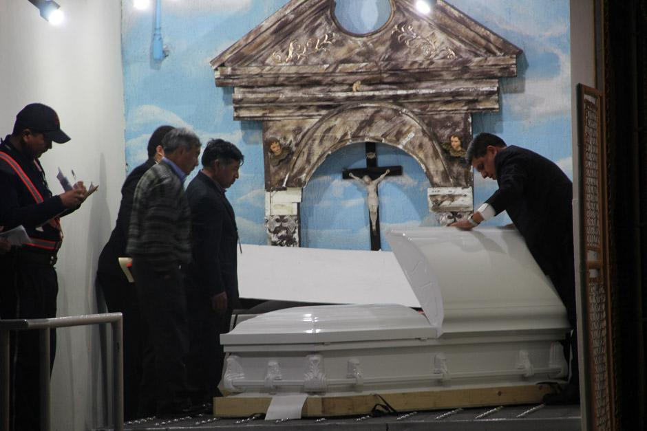 Los tíos de Deisi García reconocieron el cuerpo de su sobrina antes de que este fuera ingresado en la carroza fúnebre (Foto: Alexis Batres/Soy502)