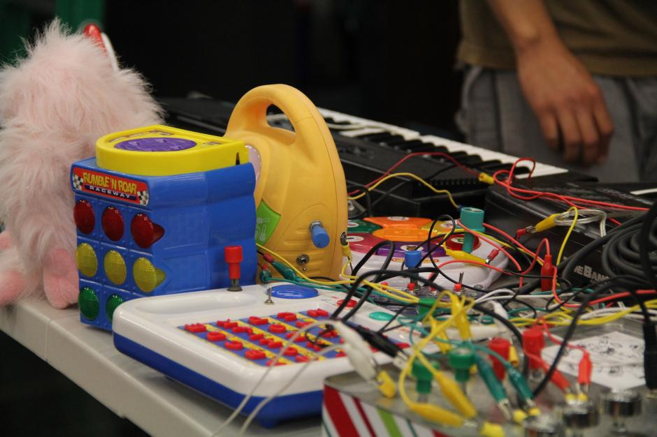 Juguetes de bajo voltaje fueron utilizados por Diéresis para reproducir sonidos y a los que luego se le impregna el ritmo. En resumen música electrónica experimental (Foto: Alexis Batres/Soy502)