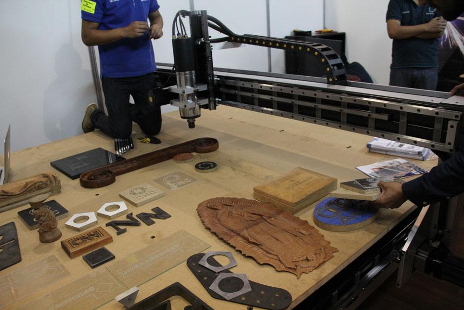 La feria ProMueble se encuentra dividida en dos áreas: la de los proveedores y la de muebles terminados; en la fotografía se observa una maquina que talla madera, vidrio y metales.(Foto: Alexis Batres/Soy502)