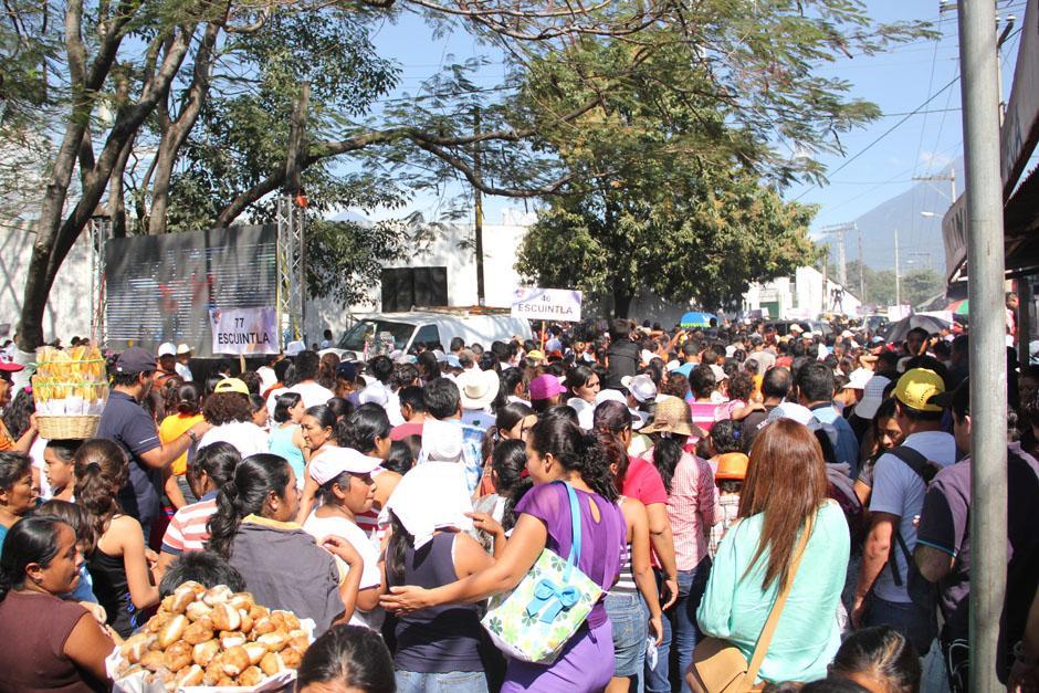 Un mar de personas invadió las calles que rodean el Estadio Armando Barillas quienes esperaban presenciar el Segundo Informe de Gobierno. Muchos dijeron que era a cambio de recibir el Bono Seguro. (Foto: Alexis Batres/Soy502)