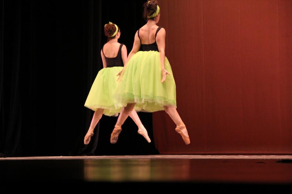 La compañía de Danza Fuga interactuó con el público y sorprendieron con la mezcla de movimientos que incluyó saltos sincronizados (Foto: Alexis Batres/Soy502)