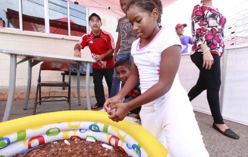 Hasta los más pequeños otorgaron sus centavos para apoyar a la selección canalera. (Foto: panamaamerica.com.pa)