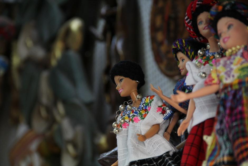 Los artesanos fabrican incluso huipiles minúsculos con los que visten muñecas(Foto: Alexis Batres/Soy502)