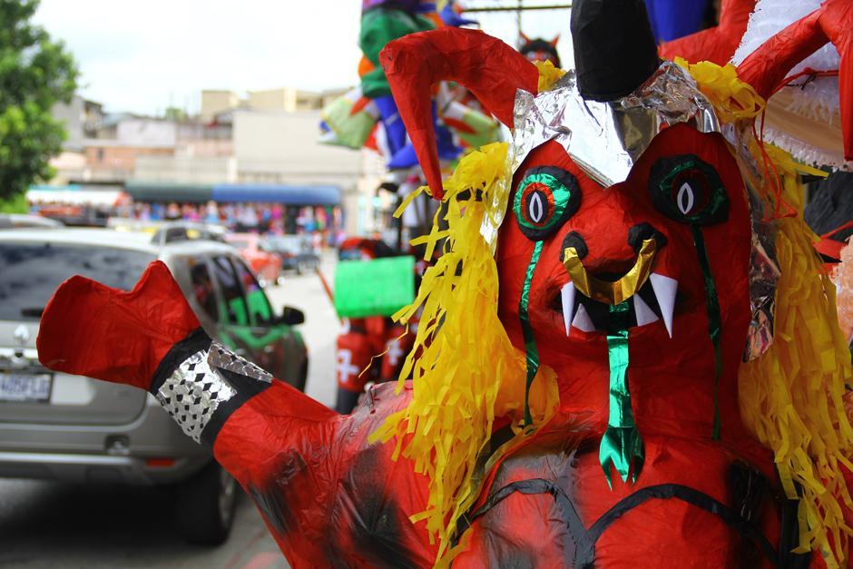 Los diablos se hacen de todas formas y tamaños, los cuales serán quemados el próximo lunes. (Foto: Alexis Batres/Soy502