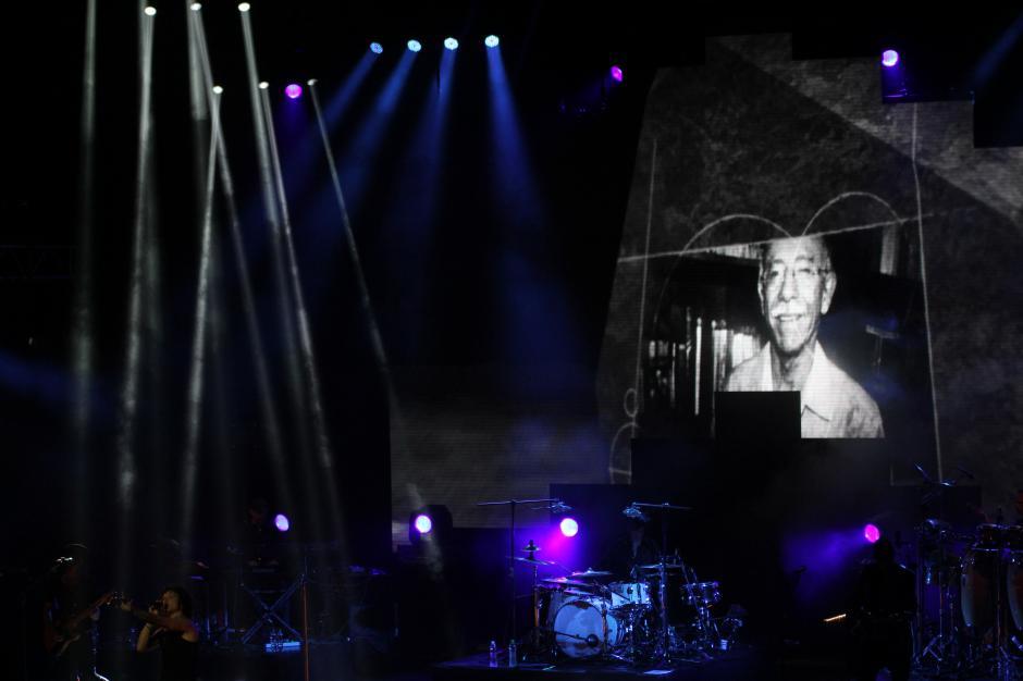 """Bunbury ofreció un homenaje a los escritores guatemaltecos al proyectar imágenes de Augusto Monterroso y en la fotografía, Marco Antonio """"El Bolo"""" Flores.(Foto: Alexis Batres/Soy502)"""