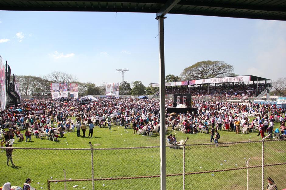 El estadio Armando Barillas estuvo abarrotado de personas quienes esperaron durante más de dos horas bajo el sol la llegada del mandatario Otto Pérez. (Foto: Alexis Batres/Soy502)