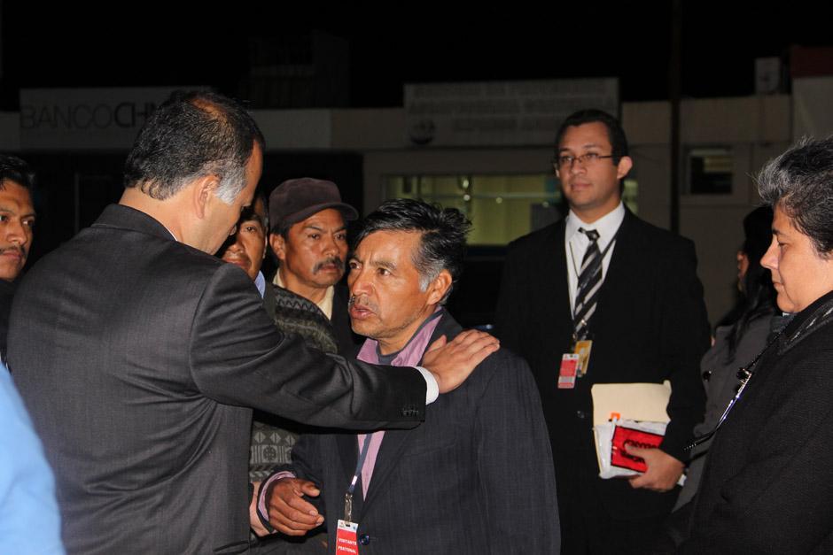 Leonel Rodríguez, ministro de Desarrollo Social, da el pésame a Pedro Solano García. (Foto: Alexis Batres/Soy502)