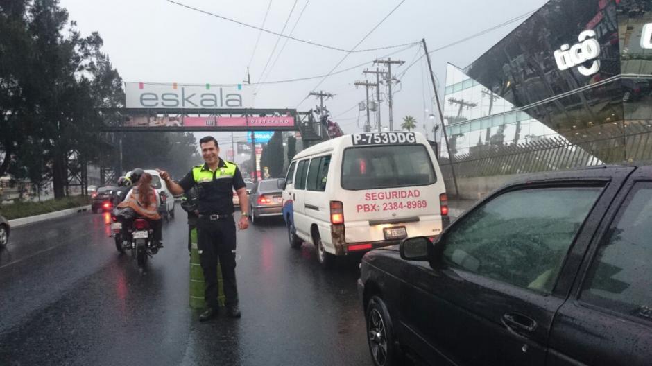 El Comandante Superior de Emixtra salió a dirigir el tránsito de Mixco. (Foto: José Hernández)
