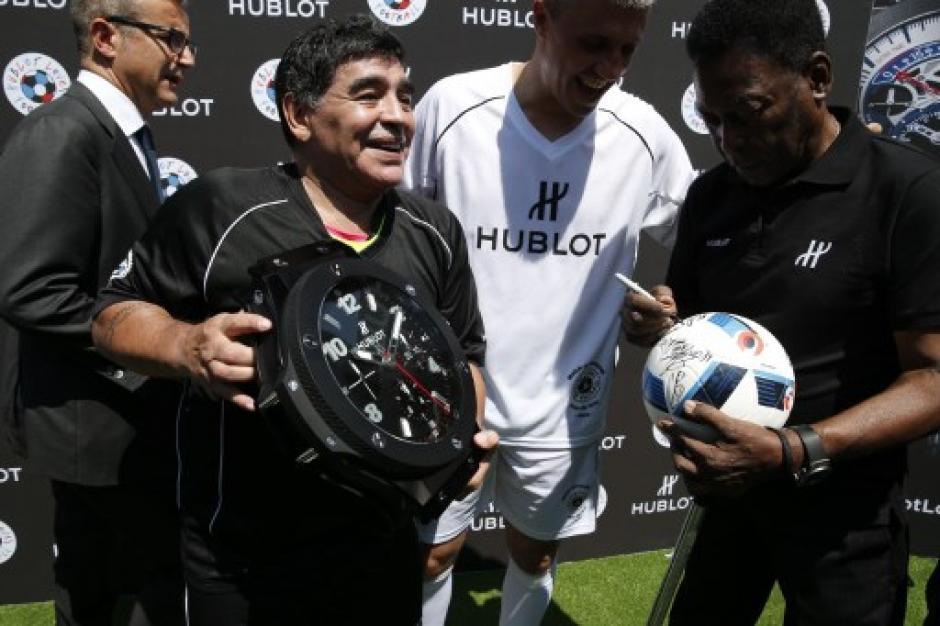 Ambas estrellas firmaron el balón que fue utilizado en la cancha. (Foto: AFP)