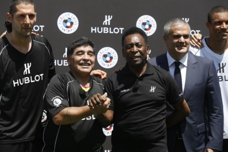 El apretón de manos que quedará para la historia del fútbol. (Foto: AFP)