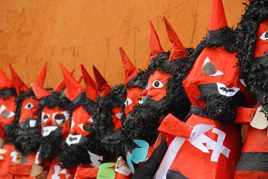 Las piñatas más grandes se elaboran con un tiempo máximo de tres horas. (Foto: Alexis Batres/Soy502)