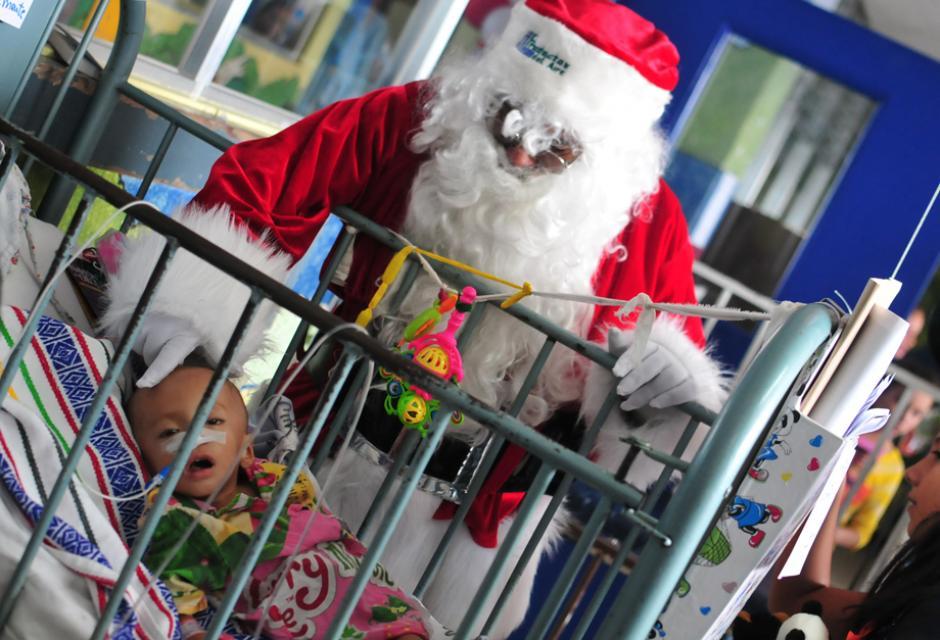Los bebés internos en el hosptial son saludados por Santa Claus, quien les llevo regalos a todos. (Foto: Alejandro Balán/Soy502)