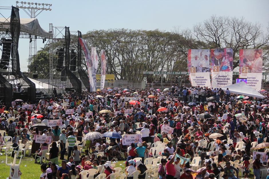 Aún se desconoce cuánto gastó el Gobierno para presentar su informe. El Estadio estaba abarrotado de mantas vinílicas y un escenario adaptado para un concierto.(Foto: Alexis Batres/Soy502)