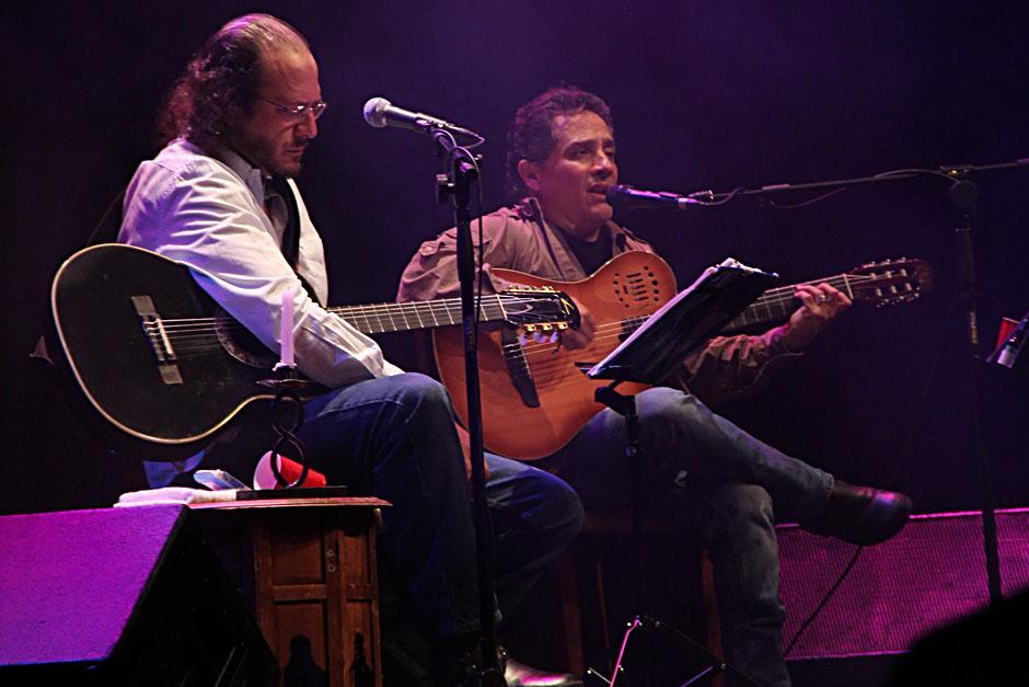 El concierto finalizó con la presencia de ambos intérpretes en el escenario complaciendo las canciones del público (Foto: Alexis Batres/Soy502)