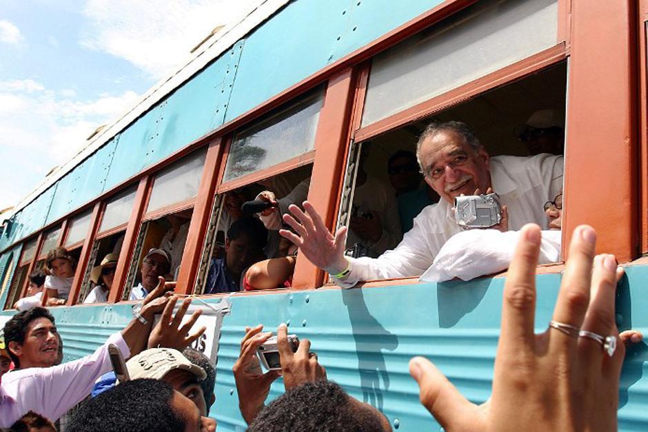 En 2007 Gabo volvió, junto con su esposa, a Aracataca, Colombia y la recepción de los pobladores fue más elocuente. Gabo, saludó desde la ventana del tren. (Foto: AFP)