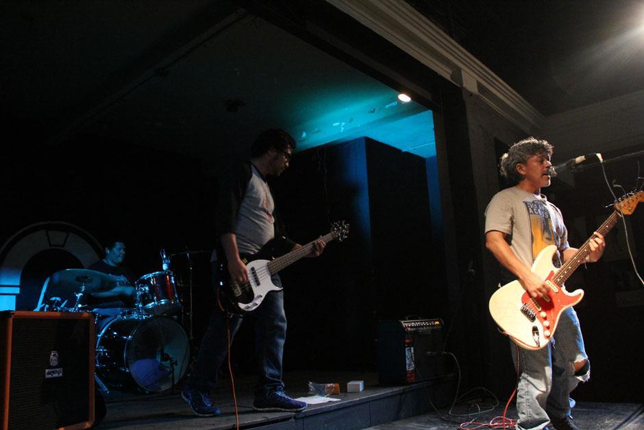 """Finalmente la banda Neurosis salió a escena e interpretó los temas de Nirvana y los propios; el saludo fue para Kurt Cobain quien inspiró a los miembros de este grupo para formarse y crecer al lado de la música """"grunge"""" (Foto: Alexis Batres/Soy502)"""