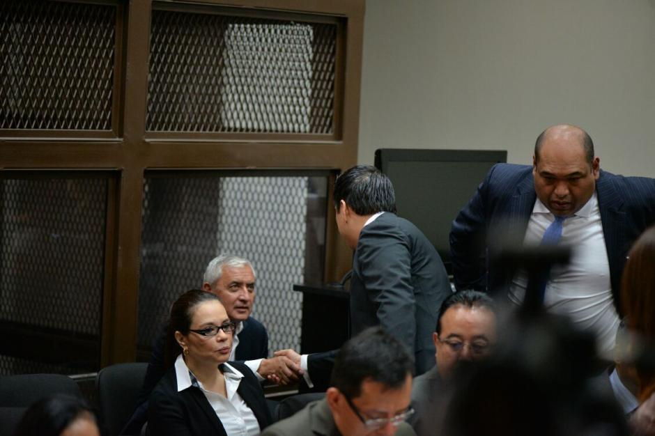 El jurista Mario Cano saluda al expresidente Otto Pérez Molina. (Foto: Wilder López/Soy502)
