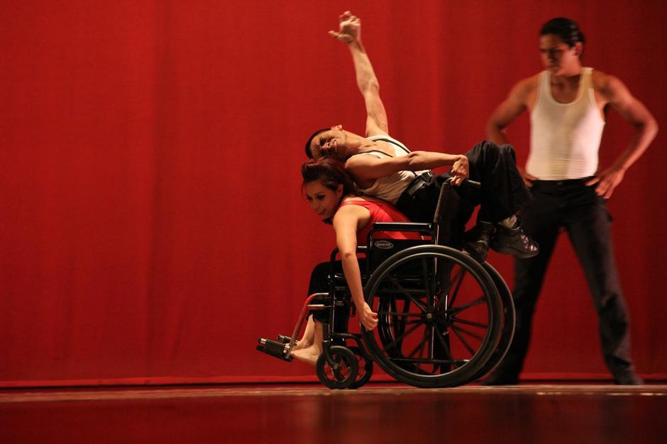 La compañía de danza moderna Alas de Libertad bailó un tango con personas con capacidades especiales. Un baile hermoso que robó suspiros y aplausos en la Gran Sala Efraín Recinos (Foto: Alexis Batres/Soy502)