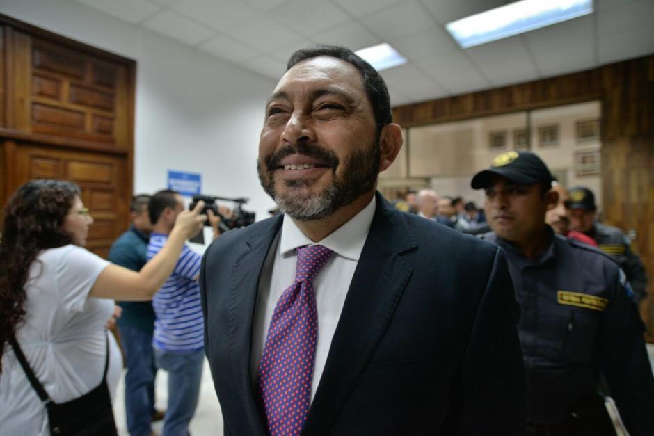 El exministro de Gobernación, Mauricio López Bonilla, a su llegada a la Torre de Tribunales. (Foto: Wilder López/Soy502)