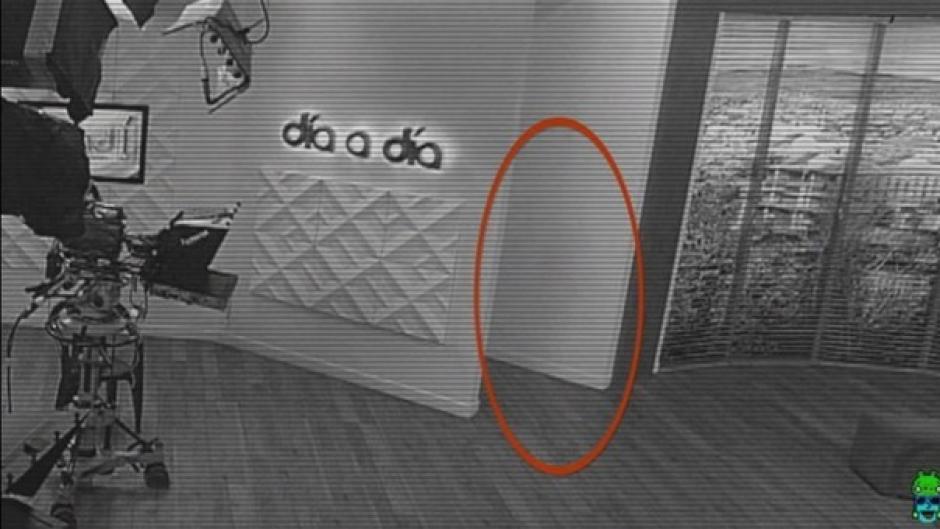 La enigmática silueta al parecer fue captada por una cámara de seguridad pero muchos dicen que se trata de un fraude