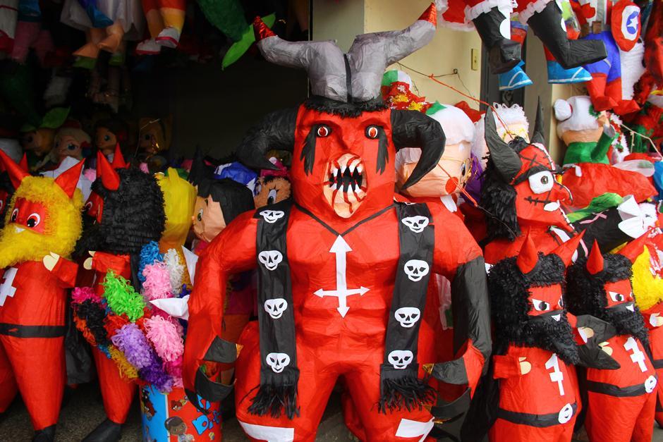 Las piñatas comenzaron a elaborarse desde finales de septiembre y en estos días se han colocado a la venta. (Foto: Alexis Batres/Soy502)