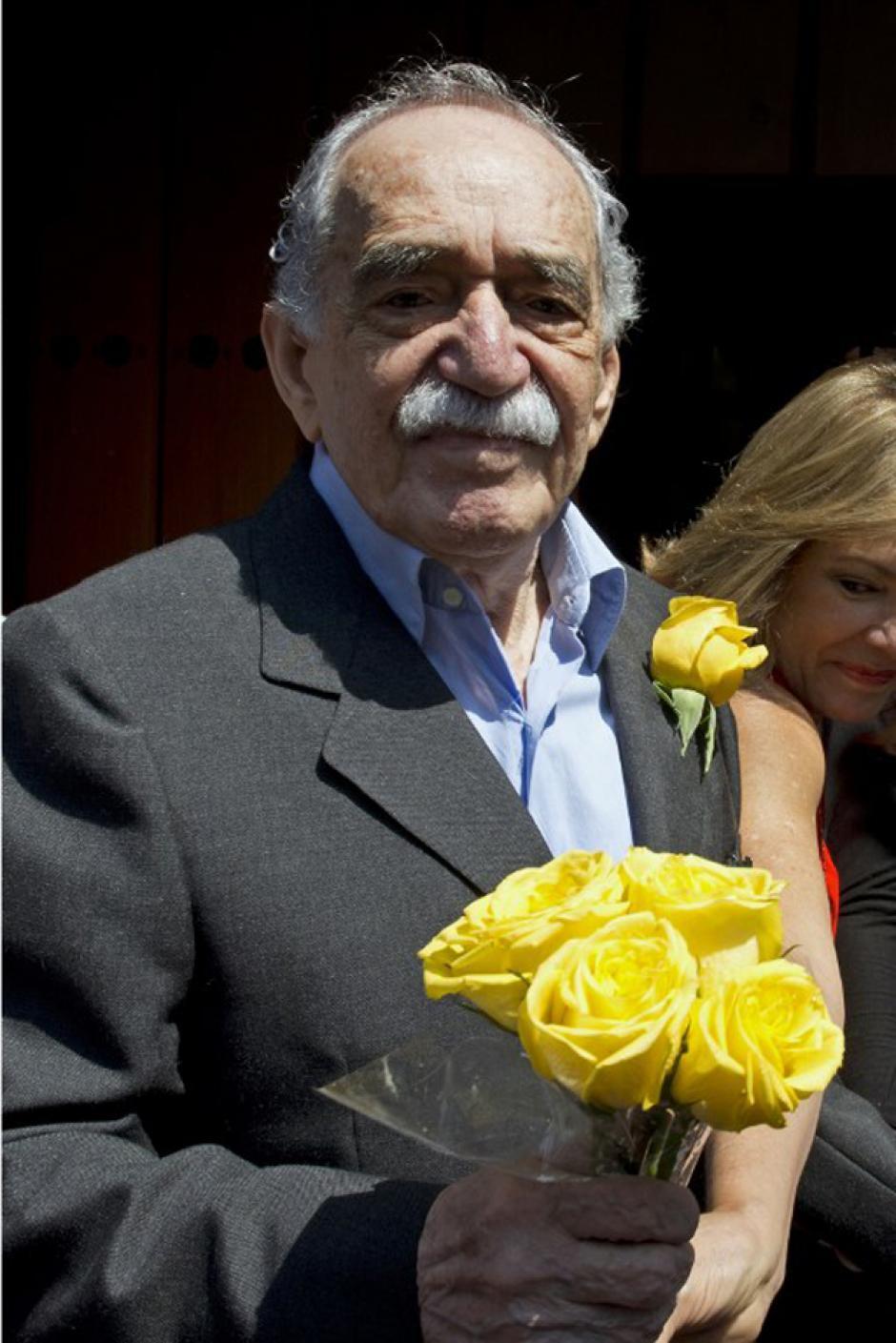 El 6 de marzo pasado, Gabo recibió un ramo de flores amarillas por su cumpleaños 87; los periodistas cantaron las mañanitas y Gabo coreó y saludó. (Foto: AFP)