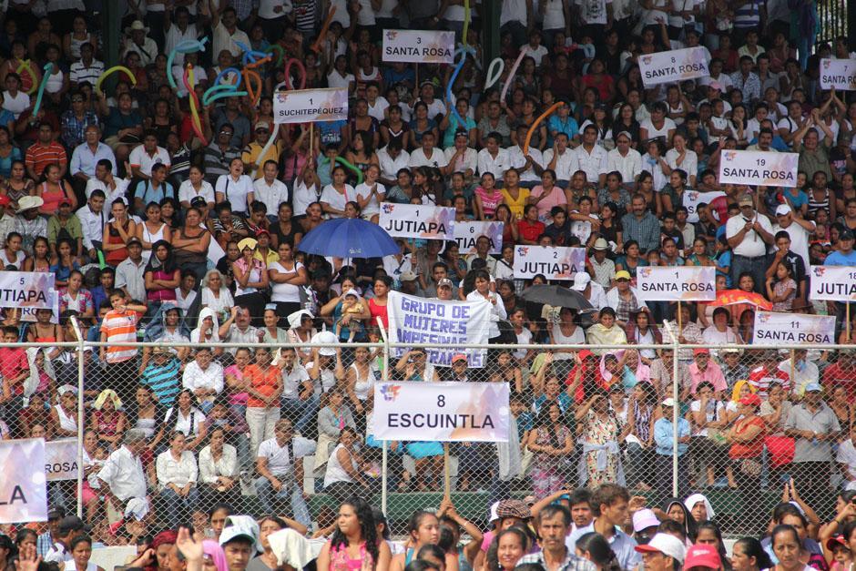 Personas provenientes de Santa Rosa, Jutiapa, Suchitepéquez y Escuintla fueron transportados en cientos de buses para presenciar el acto de rendición de cuentas del mandatario Otto Pérez.(Foto: Alexis Batres/Soy502)