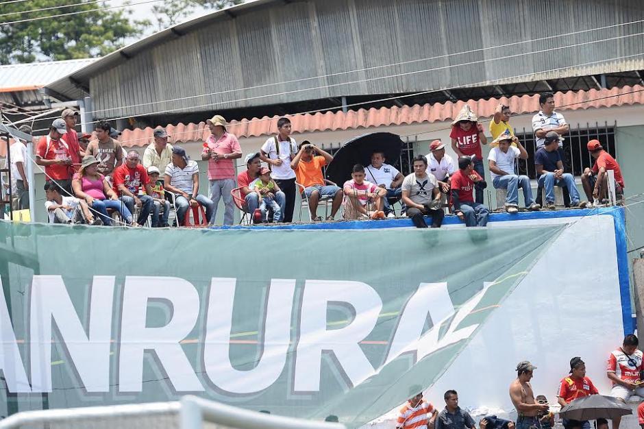 La afición de Malacatán acompañó a su equipo pese al fuerte calor. (Foto: Nuestro Diario)
