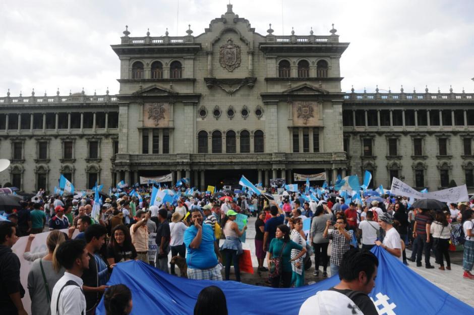 Con piñatas, los manifestantes ejemplificaron la corrupción en el país. (Foto: Alejandro Balán/Soy502)