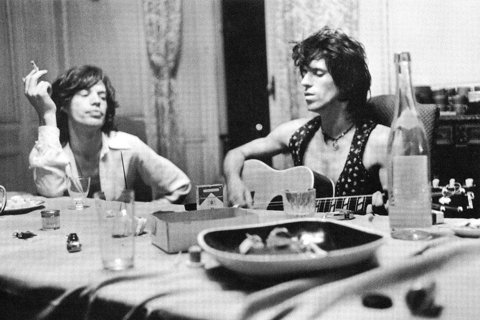Mick Jagger fuma mientras Keith Richards toca la guitarra