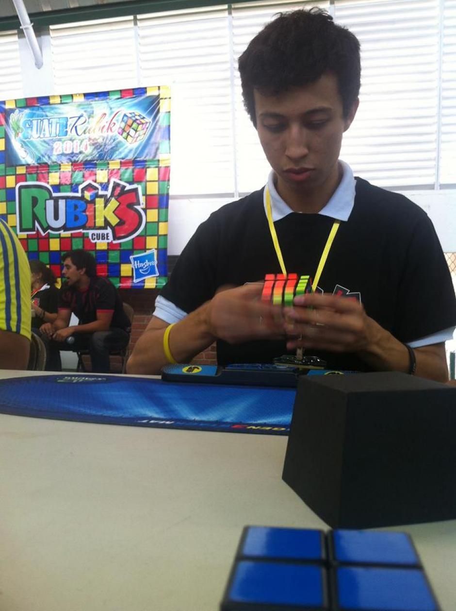 Adrián Ramírez, de 20 años, es el mejor exponente para resolución de cubo en Guatemala. Su récord en cubo 3x3 es de 13.27. Hoy en 4x4 rompió marca nacional al resolverlo en 58.28 segundos. (Foto: Tekandi Paniagua)