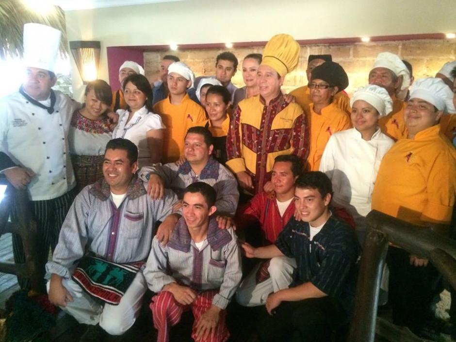 Hace apenas una semana el chef dio conferencia de prensa en su restaurante, junto a su equipo, para celebrar los 18 años de su cargo como Embajador de la Gastronomía Guatemalteca. (Foto: Facebook)